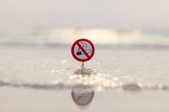 Muestra de no fumadores en la playa Imagen de archivo libre de regalías