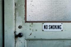 Muestra de no fumadores en puerta del vintage Fotos de archivo