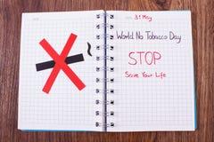 Muestra de no fumadores roja, mundo ningún día del tabaco en cuaderno Fotografía de archivo