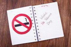Muestra de no fumadores roja, mundo ningún día del tabaco en cuaderno Fotos de archivo