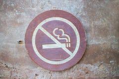 Muestra de no fumadores, una muestra de madera con el icono del cigarrillo y no symbo Fotos de archivo