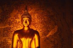 Muestra de oro asiática de Buda de la paz en templo tailandés Imágenes de archivo libres de regalías