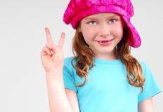 Muestra de paz de la chica joven que contellea Fotografía de archivo