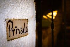 Muestra de Privado en la entrada bloqueada al chalet de lujo privado imagenes de archivo