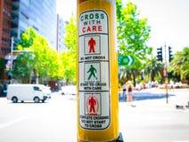 Muestra de procedimiento ligera peatonal de la travesía en la intersección de la calle, muestra de la información sobre cruz con  fotos de archivo