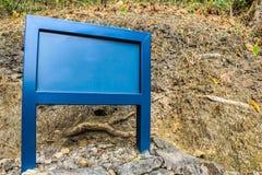 Muestra de publicidad azul en blanco Foto de archivo