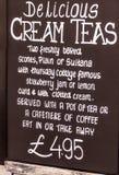 Muestra de publicidad de la pizarra o tapón del cliente en el café de la acera Foto de archivo libre de regalías