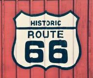 Muestra de Route 66 con el fondo de madera imagen de archivo libre de regalías