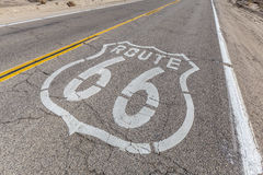 Muestra de Route 66 en el pavimento quebrado imágenes de archivo libres de regalías