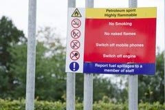 Muestra de seguridad de no fumadores altamente inflamable de las llamas desnudas del alcohol de petróleo en la gasolinera de la g fotos de archivo