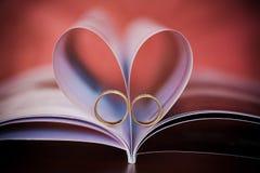 Muestra de un corazón y de anillos de oro hermosos Imágenes de archivo libres de regalías