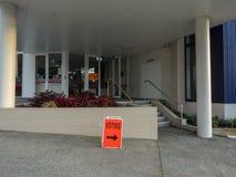 Muestra de votación anaranjada fuera de la oficina de la encuesta Fotos de archivo