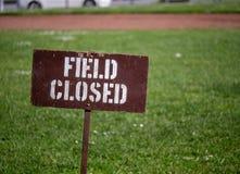 """muestra del  del closed†del """"Field que bloquea el acceso a un campo en un parque imágenes de archivo libres de regalías"""