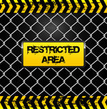 Muestra del área restricta - cerca de alambre y ejemplo de las cintas del amarillo Imagenes de archivo