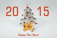 Muestra del Año Nuevo 2015 con el juguete del árbol de navidad en el fondo blanco Tarjeta de la Feliz Año Nuevo Imagen de archivo