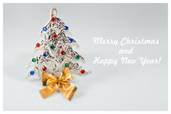 Muestra del Año Nuevo con el juguete del árbol de navidad en el fondo blanco Tarjeta de la Feliz Año Nuevo Fotografía de archivo