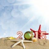 Muestra del Año Nuevo 2015 con la bola de las conchas marinas, de las estrellas de mar y de la Navidad Fotografía de archivo libre de regalías