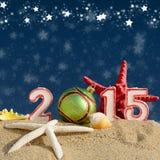 Muestra del Año Nuevo 2015 con la bola de las conchas marinas, de las estrellas de mar y de la Navidad Imagen de archivo libre de regalías