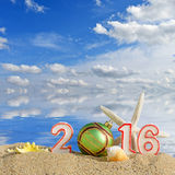 Muestra del Año Nuevo 2016 en una arena de la playa Foto de archivo libre de regalías