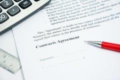 Muestra del acuerdo de contratos en el papel del documento Fotografía de archivo
