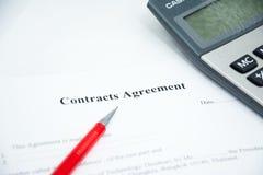 Muestra del acuerdo de contratos en el papel del documento Fotografía de archivo libre de regalías