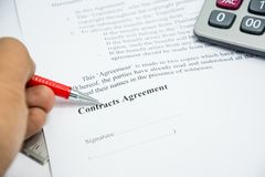 Muestra del acuerdo de contratos en el papel del documento Imagen de archivo