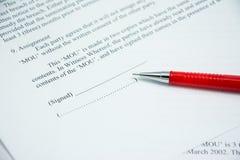 Muestra del acuerdo de contratos en el papel del documento Imagenes de archivo