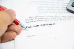 Muestra del acuerdo de contratos en el papel del documento Fotos de archivo