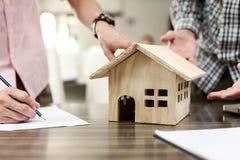 Muestra del agente inmobiliario para la propiedad casera del contrato para la venta en th imágenes de archivo libres de regalías