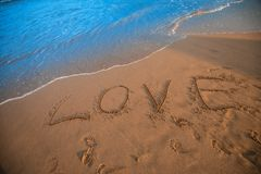 Muestra del amor en la playa Imágenes de archivo libres de regalías