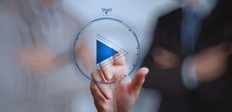 Muestra del botón de reproducción de la prensa de la mano de comenzar Imágenes de archivo libres de regalías