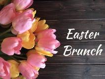 Muestra del brunch de Pascua con los tulipanes amarillos y rosados fotos de archivo libres de regalías