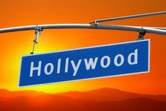 Muestra del bulevar de Hollywood con el cielo anaranjado brillante de la puesta del sol Imagen de archivo