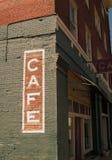 Muestra del café en el edificio de ladrillo histórico Imagenes de archivo