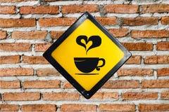 Muestra del café en la pared de ladrillo Foto de archivo