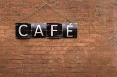 Muestra del café en la pared de ladrillos rojos Fotografía de archivo