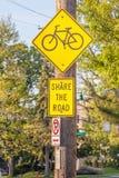 Muestra del carril de bicicleta en el paseo lateral para la advertencia de la caja fuerte del camino Fotografía de archivo libre de regalías