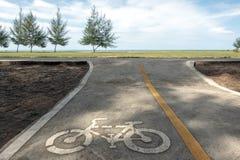Muestra del carril de la bici en la playa Fotos de archivo