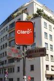 MUESTRA DEL CLARO EN LA CALLE DE SANTIAGO, CHILE Imagen de archivo