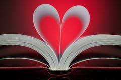 Muestra del corazón con las paginaciones del libro en el rojo imágenes de archivo libres de regalías
