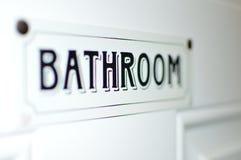 Muestra del cuarto de baño en la etiqueta blanca de la puerta Foto de archivo libre de regalías