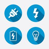 Muestra del enchufe eléctrico Lámpara y batería bajas Imagen de archivo libre de regalías