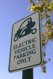 Muestra del estacionamiento de la prioridad para los vehículos eléctricos solamente en la celebración la Florida Estados Unidos lo Foto de archivo