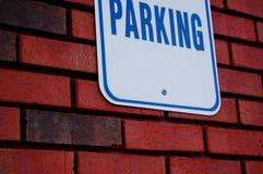 Muestra del estacionamiento en la pared de ladrillo Foto de archivo