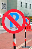 Muestra del estacionamiento prohibido con la advertencia fina Foto de archivo