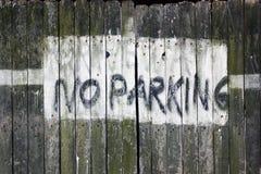 Muestra del estacionamiento prohibido de la calzada Foto de archivo libre de regalías