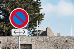 muestra del estacionamiento prohibido a la izquierda y a la derecha Fotografía de archivo libre de regalías