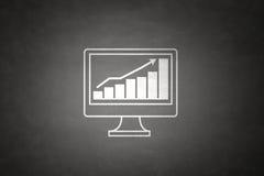 Muestra del gráfico de negocio en la pizarra Imágenes de archivo libres de regalías