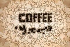 Muestra del grano de café en un fondo del mosaico con los granos de café dispersados fotos de archivo