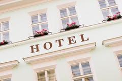 Muestra del hotel pintada en una fachada coloreada Fotografía de archivo